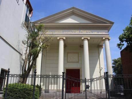Wat staat er op de gevel van de synagoge?