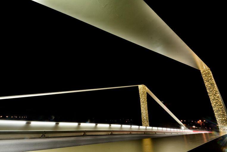 De nieuwe brug die Wervik met Wervicq-Sud verbindt, werd versierd met kerstverlichting.
