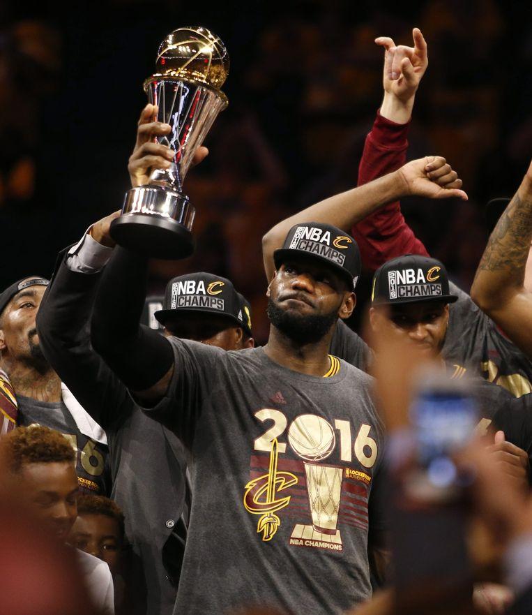 James met de beker voor de NBA-kampioen. Beeld epa