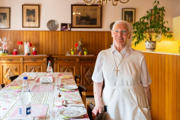 Zuster Dominique (83) in de eetzaal van het klooster van de Augustinessen.