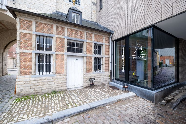 De nieuwe bar is gevestigd in de historische Gevangenenpoort aan het Zimmerplein.