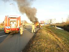 Auto vliegt in brand op afrit A12 bij Veenendaal