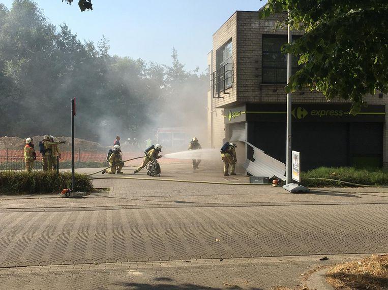 De brandweer sleep het rolluik aan de inkom open om de winkel te ventileren.