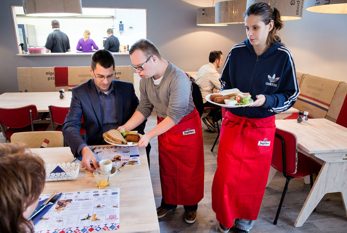 Bij Lunchcafé Zonder Meer krijgen onder anderen mensen met een beperking de kans om te werken.