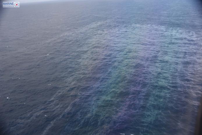 Een oliespoor op zee voor de Franse kust waar het schip Grande America gezonken is.