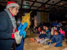 Poppenspel en kerstcadeautjes voor kleine klantjes van de voedselbank in Tilburg