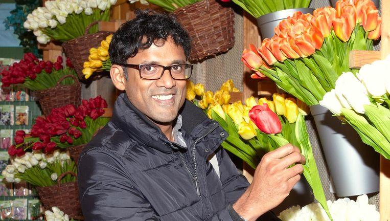 Raj Raghunathan op de Bloemenmarkt in Amsterdam. Beeld Daniel Cohen