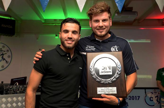 Bij de BN DeStem VoetbalAwards ging Cluzona er dit seizoen vandoor met de prijs Ploeg van het Jaar. Aanvoerder Sam Snoeijs krijgt hier de prijs uit handen van NAC-middenvelder Mounir El Allouchi.