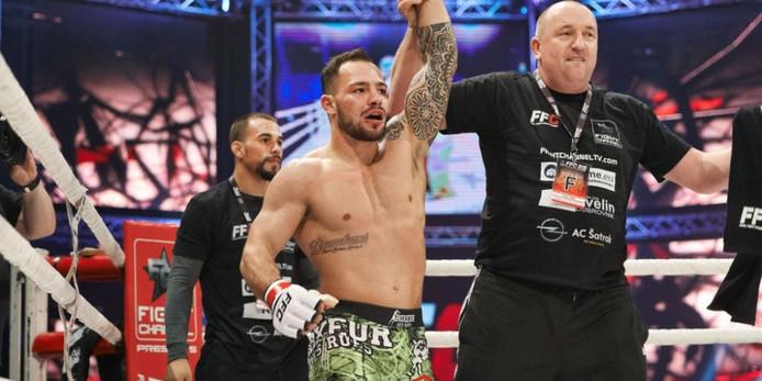 Robin van Roosmalen tijdens een eerder MMA-gevecht met vader William.