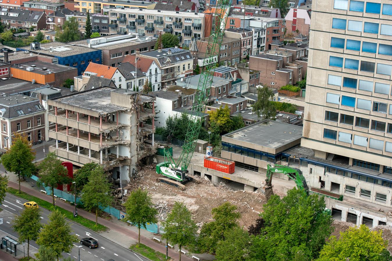 De sloper heeft al een aardig gat geslagen in het voormalige ING-kantoor aan de Velperweg in Arnhem.