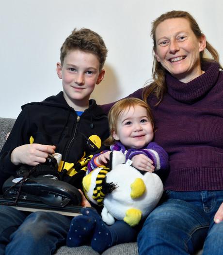 Veerle (2) heeft de taaislijmziekte, broer Gijs (10) en moeder Anne Marije gaan 200 km voor haar schaatsen