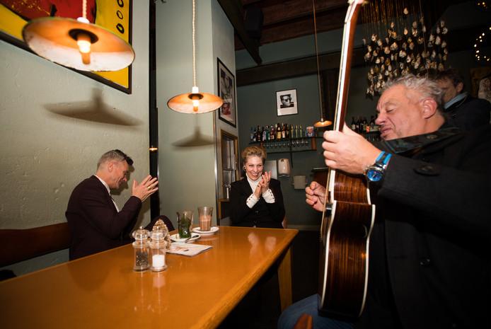 Lain Barbier brengt Marian van Dongen een serenade in Café Verheyden in Arnhem. Foto: Rolf Hensel.