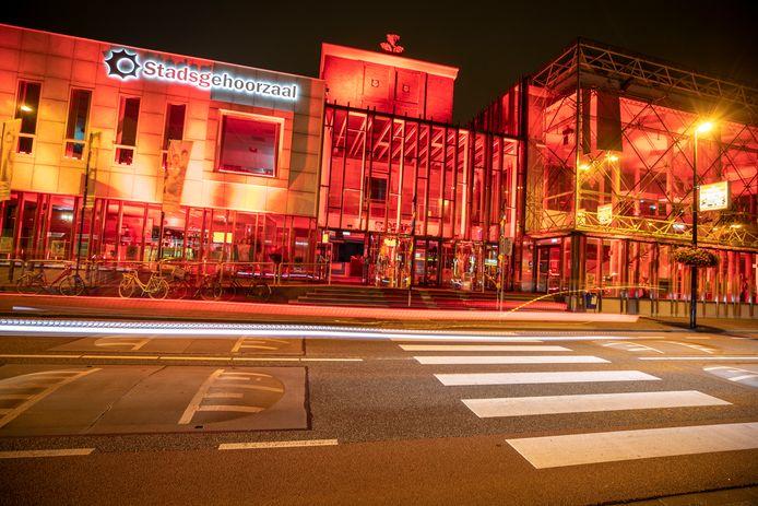 De Stadsgehoorzaal in Vlaardingen kleurde deze zomer rood vanwege de nijpende situatie in de evenementenbranche.