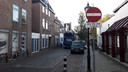 Eenrichtingverkeer in de Kerkstraat, maar dan alleen overdag. Na zes uur en op zondag mag het verkeer hier wel de straat inrijden.
