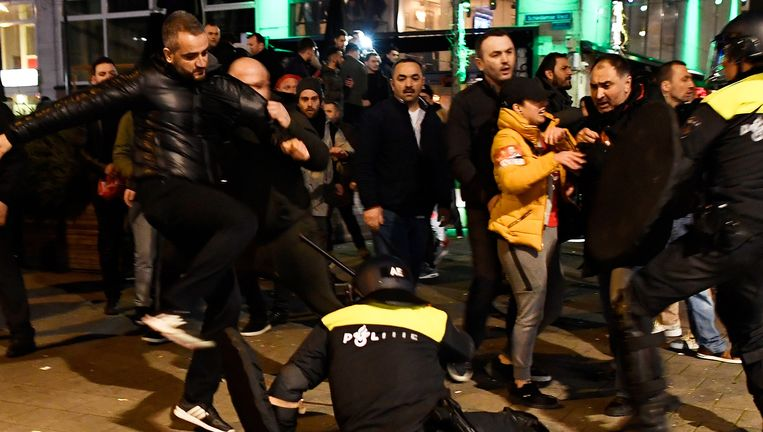 12 maart 2017: Een Turkse demonstrant schopt een Nederlandse agent bij de rellen aan het Turkse consulaat in Rotterdam. De man wordt opgespoord.