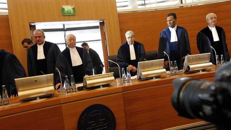 De rechters van het Internationaal Zeerechttribunaal voorafgaand aan de zaak over het Greenpeace-schip Arctic Sunrise. Nederland heeft een zaak aangespannen tegen Rusland, waarin de staat dwingt het Greenpeace-schip Arctic Sunrise en haar bemanning voorlopig vrij te laten en geen nieuwe aanklachten in te dienen tegen de opvarenden. Beeld anp