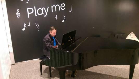 De piano op een vliegveld in Finland moest er ook aan geloven.