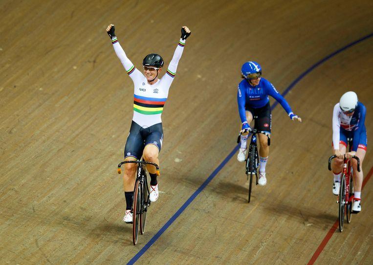 Wereldkampioene Kirsten Wild viert haar tweede Europese titel.  Beeld EPA