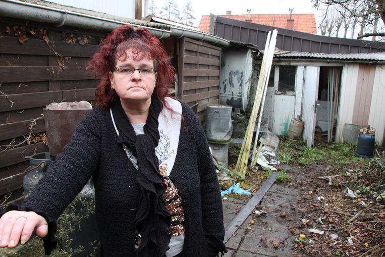 Huisbazin Peggy Maes verwijt de huurder dat hij zijn huur niet betaalde. Bovendien liet hij het huis erg vuil achter. Dat ze de sloten liet veranderen, ontkent ze.