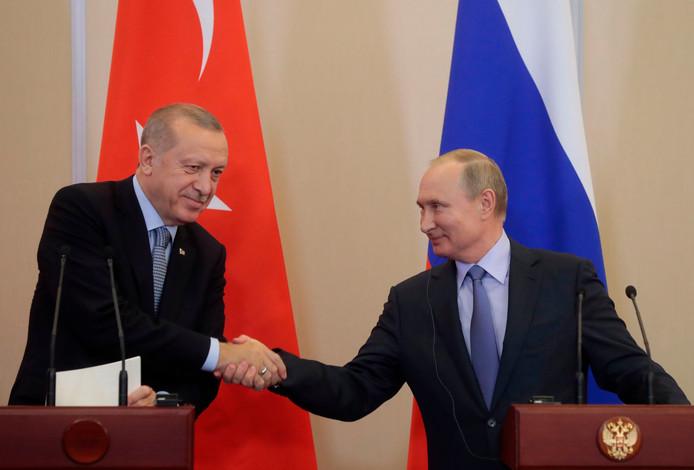 Poetin (rechts) schudt Erdogan de hand in Sotsji.