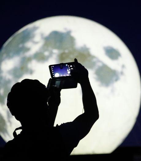 Des pleines lunes artificielles dans un parc à Séoul