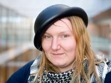 Mienke draagt ook op haar bruiloft een vergiet op haar hoofd