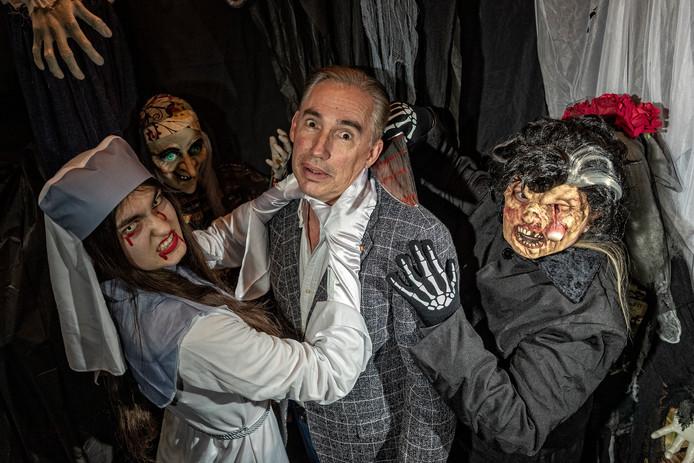 Halloween-organisator Mark Merckens wordt belaagd door een stel griezelige personages (medewerkers van Party Point).