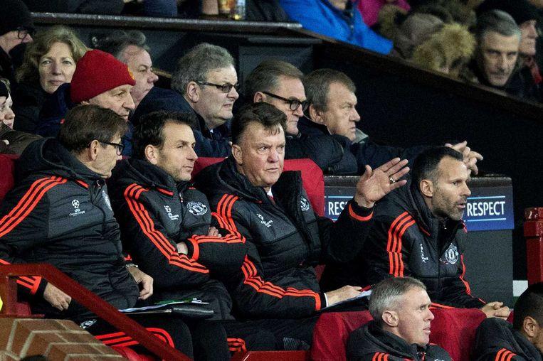 Manager Louis van Gaal op de bank in Manchester. Beeld anp