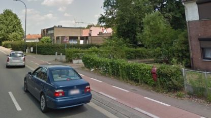 Man op motor vlucht voor politie en crasht in voortuin