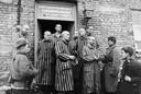 Russische soldaten en bevrijde gevangenen in Auschwitz in 1945.