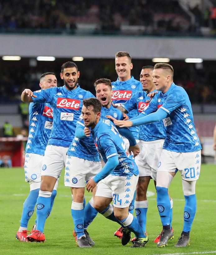 Amin Younes wordt gefeliciteerd door zijn teamgenoten na zijn eerste goal voor Napoli.
