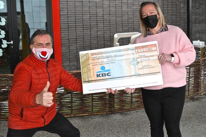 Geert Deraeve van vzw Kloen krijgt de cheque uit handen van directeur Fanny Delrue.