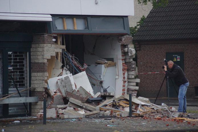 Onderzoek na de plofkraak in Waalwijk.
