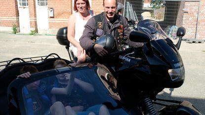 """Jongen met beperking beleeft mooiste verjaardag met 80 motards: """"Enorm genoten van rit in sidecar"""""""