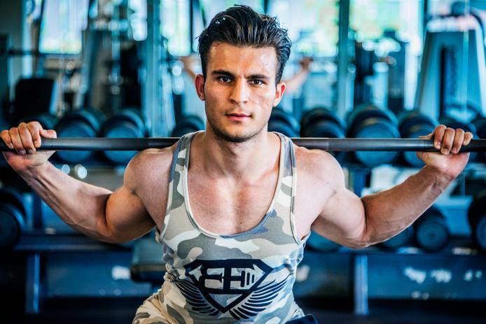 Mostafa kwam op zijn 14e in zijn eentje naar Nederland, nu hij volwassen is (19) moet hij terug naar Afghanistan. Dat is het land waar zijn vader is vermoord. Zijn moeder woont in Iran. Mostafa in Utrecht. Hij studeert en sport zes keer per week.