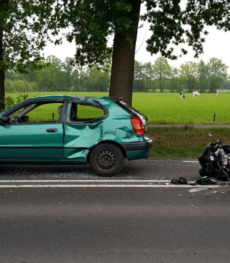 Motorrijder gewond bij zware aanrijding in Haaksbergen