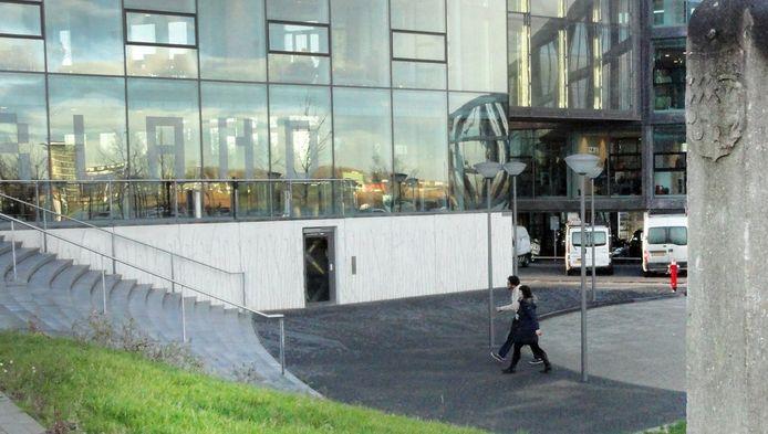 Op de parkeerplaats voor het stadhuis van Lansingerland worden volgens PvdA-commissielid Sam de Groot drugsdealtjes gesloten.