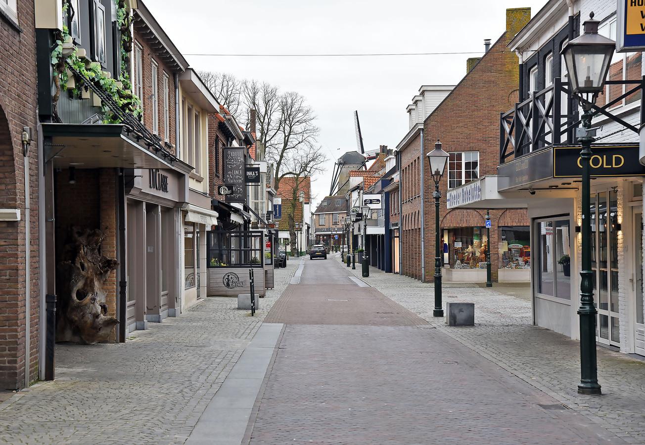 Een compleet lege winkelstraat in het Zeeuwse Sluis.