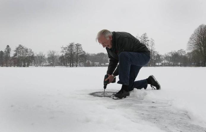 ,We hebben een paar nachten nodig als in '63'', zegt voorzitter Evert Huernink (op de foto). ,,Toen gingen we met de auto over het IJsselmeer.'' foto Cees Baars