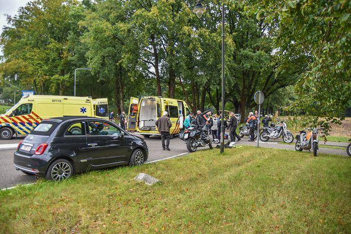 Twee ambulances waren aanwezig om de twee gewonde motorrijders mee te nemen naar het ziekenhuis.