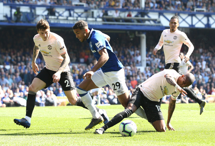 Ashley Young probeert tevergeefs Dominic Calvert-Lewin van Everton van de bal te zetten.