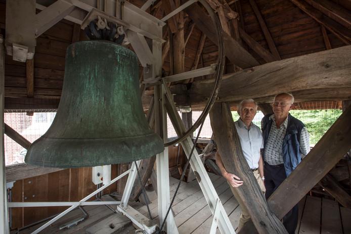Theo Antonis (links) en Martien Veekens bij de 650 jaar oude klok.