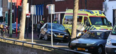 Botsing tussen fietser en auto op Burgwal in Kampen