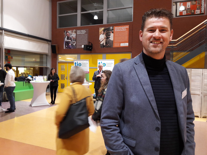 Bob Fennebeumer tijdens de beroepenmarkt van vorig jaar, die in het Edison College werd gehouden.