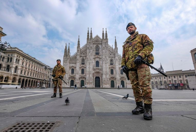 Italiaanse soldaten patrouilleren in het kader van de lockdown in Milaan.