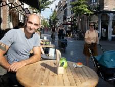 Perry (48) kan de hele dag mensen kijken in de Hezelstraat: 'Ik spreek een leuke vrouw gerust aan'