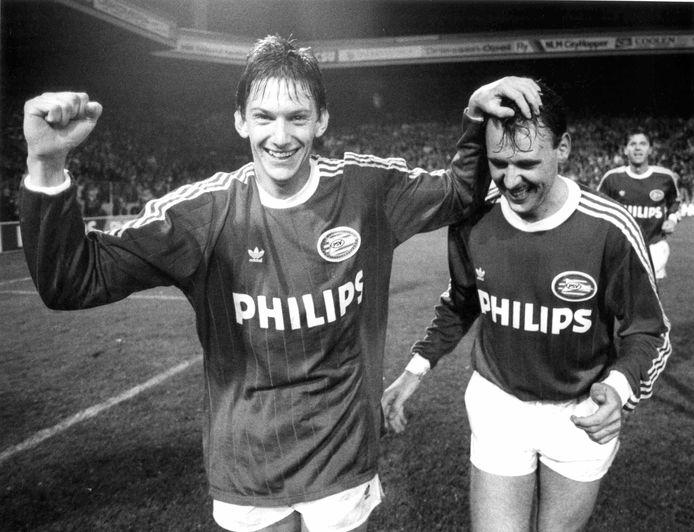 Juul Ellerman (links) en Edward Linskens (rechts) vieren de 5-1 winst op Steaua Boekarest in 1989.