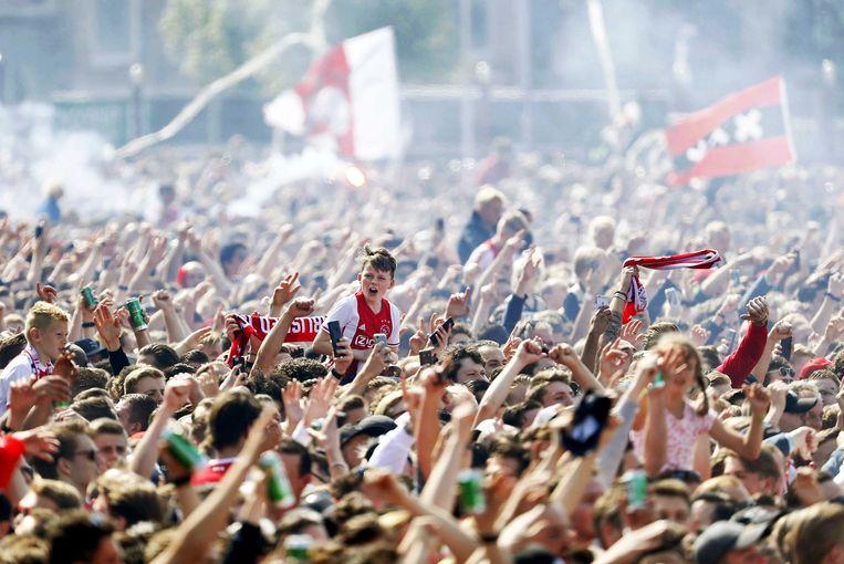 Drukte tijdens de huldiging van Ajax op het Museumplein. Ajax heeft voor de 34e keer de landstitel gewonnen. Beeld null