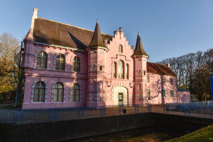 De roze kleur van het kasteel in de Poort van Heusden heeft waarschijnlijk z'n langste tijd gehad.