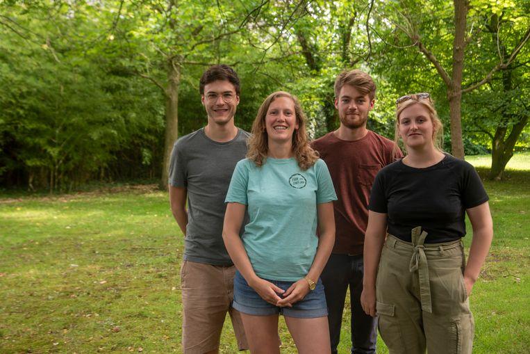 Cedric, Esther, Jonas en Femke organiseren samen met Katho (niet op foto) de zomerse pop-up bar Den Hof in de tuin van de Dekenij in Wetteren.